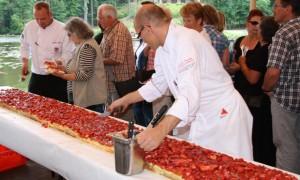 Mühlenfest_Peter-Krüger-mit-Erdbeertorte_Gut-Klostermühle