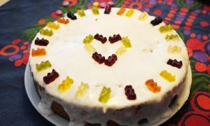 Kinder-Geburtstagskuchen-ohne-Milch Möhrenkuchen mit Gummibärchen Deko