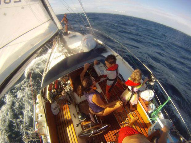 Reisen mit Kindern auf dem Meer segeln