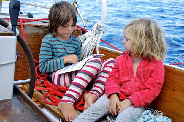 Reisen mit Kindern Lesen auf dem Boot