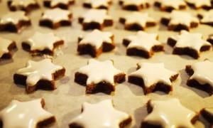 Zimtsterne mit Kindern backen Rezept Weihnachtsbäckerei ©Anja-Ihlenfeld