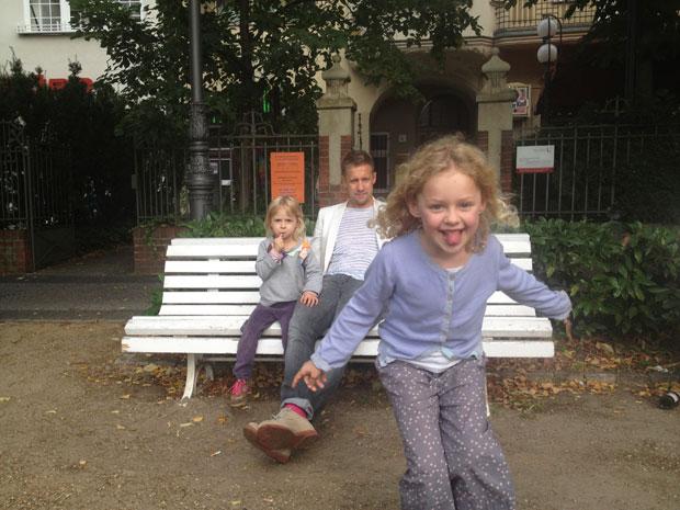 Künstler-Jeppe-Hein-mit-Kindern2©Jeppe-Hein