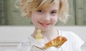Titelgeschichte im Familienmagazin HIMBEER: Familien am Tisch, Essen mit Kindern © Sibylle Baier