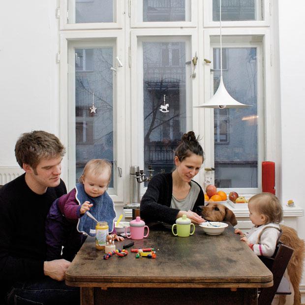 familien am tisch titelgeschichte familienmahlzeiten. Black Bedroom Furniture Sets. Home Design Ideas