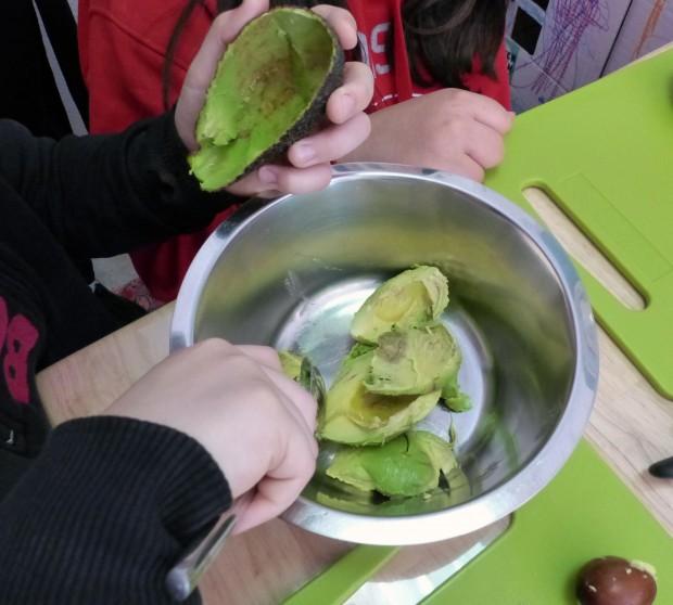 Hier entsteht ein leckerer Avocado-Aufstrich.