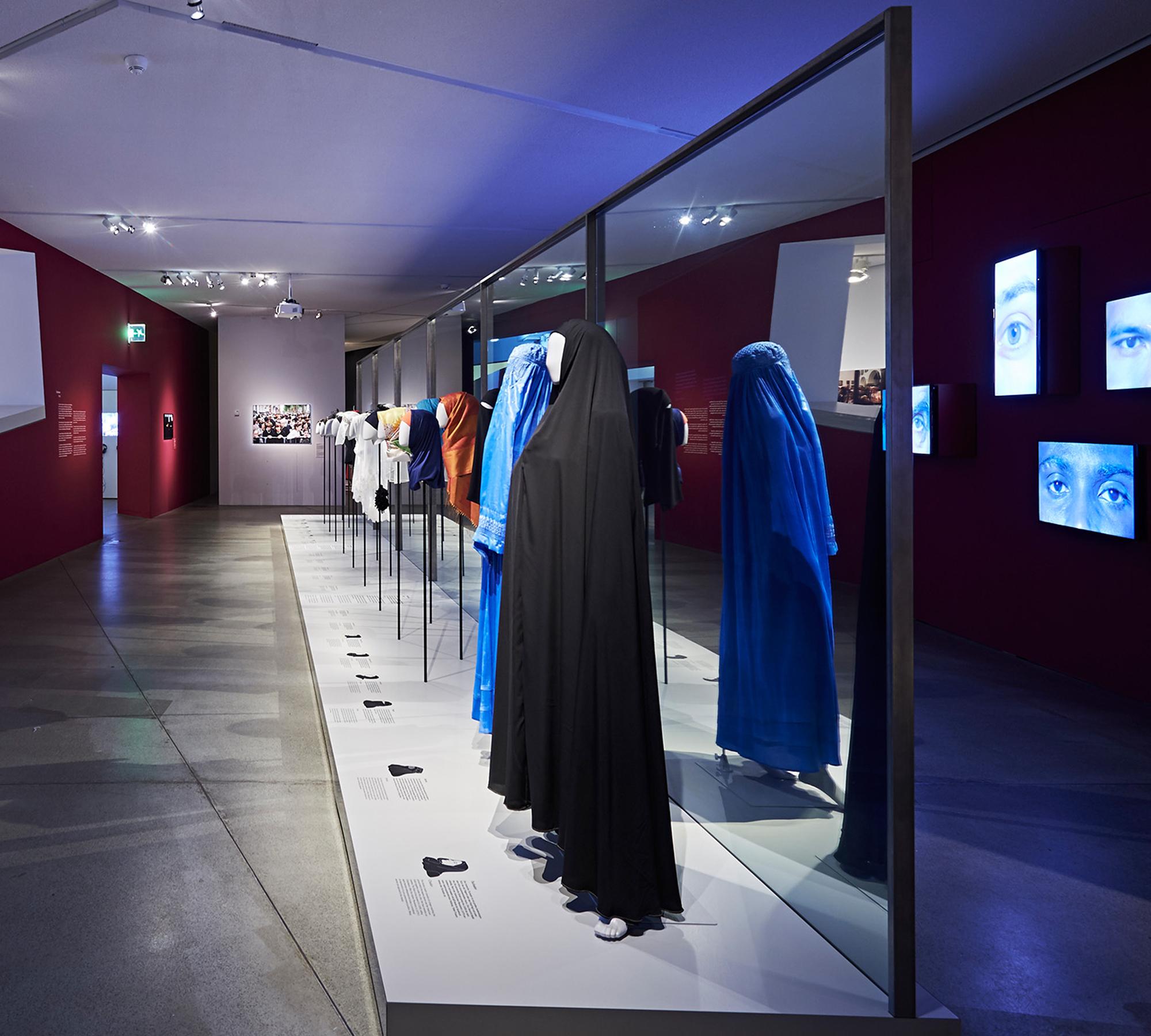 Ausstellungsansicht Cherchez la femme. Perücke, Burka, Ordenstracht | HIMBEER Magazin