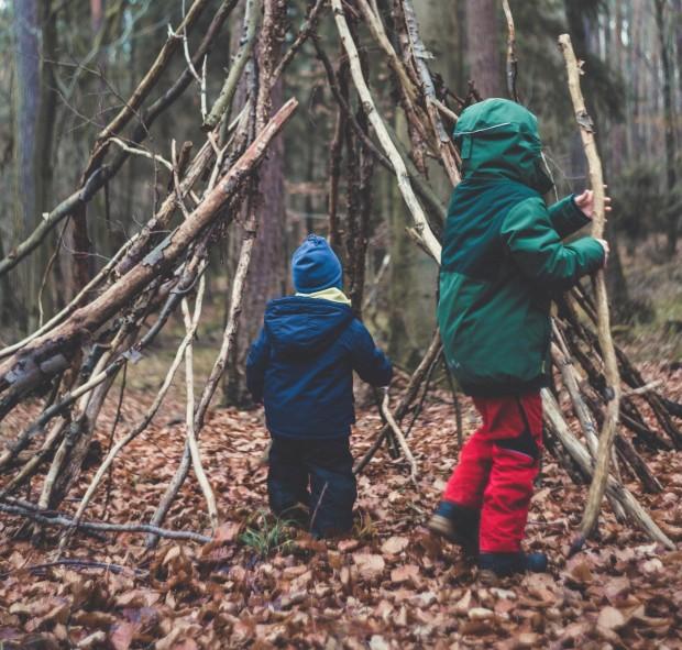 Hüttenbau im Wald | BERLIN MIT KIND