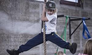 Kletternder Junge in der Flying Steps Academy   BERLIN MIT KIND